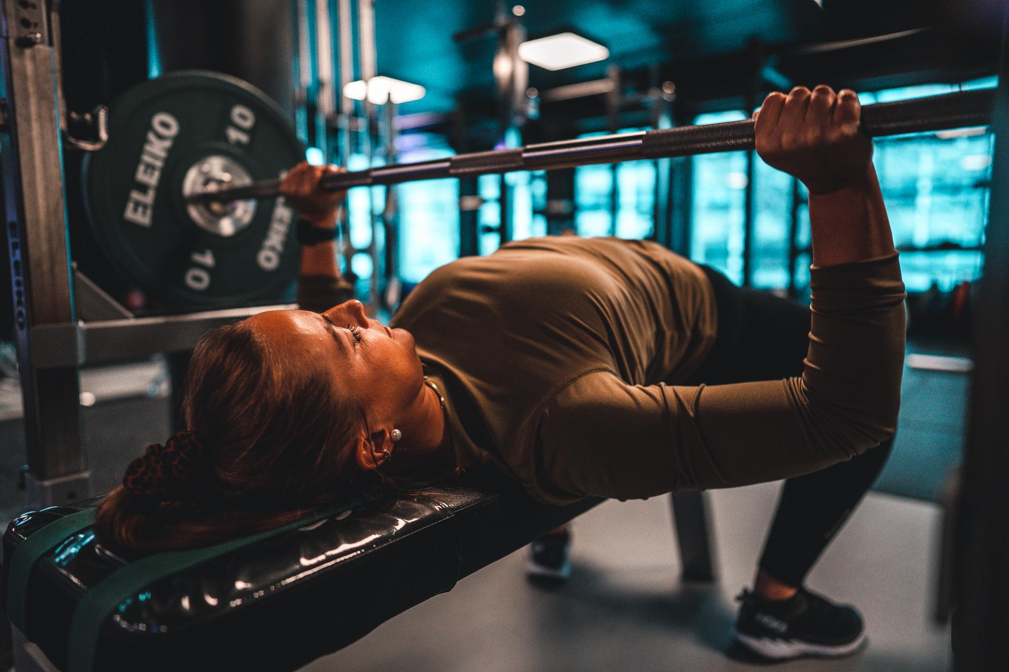 jente som trener vekter