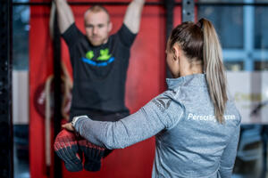 Personlige trener instruerer mage øvelse