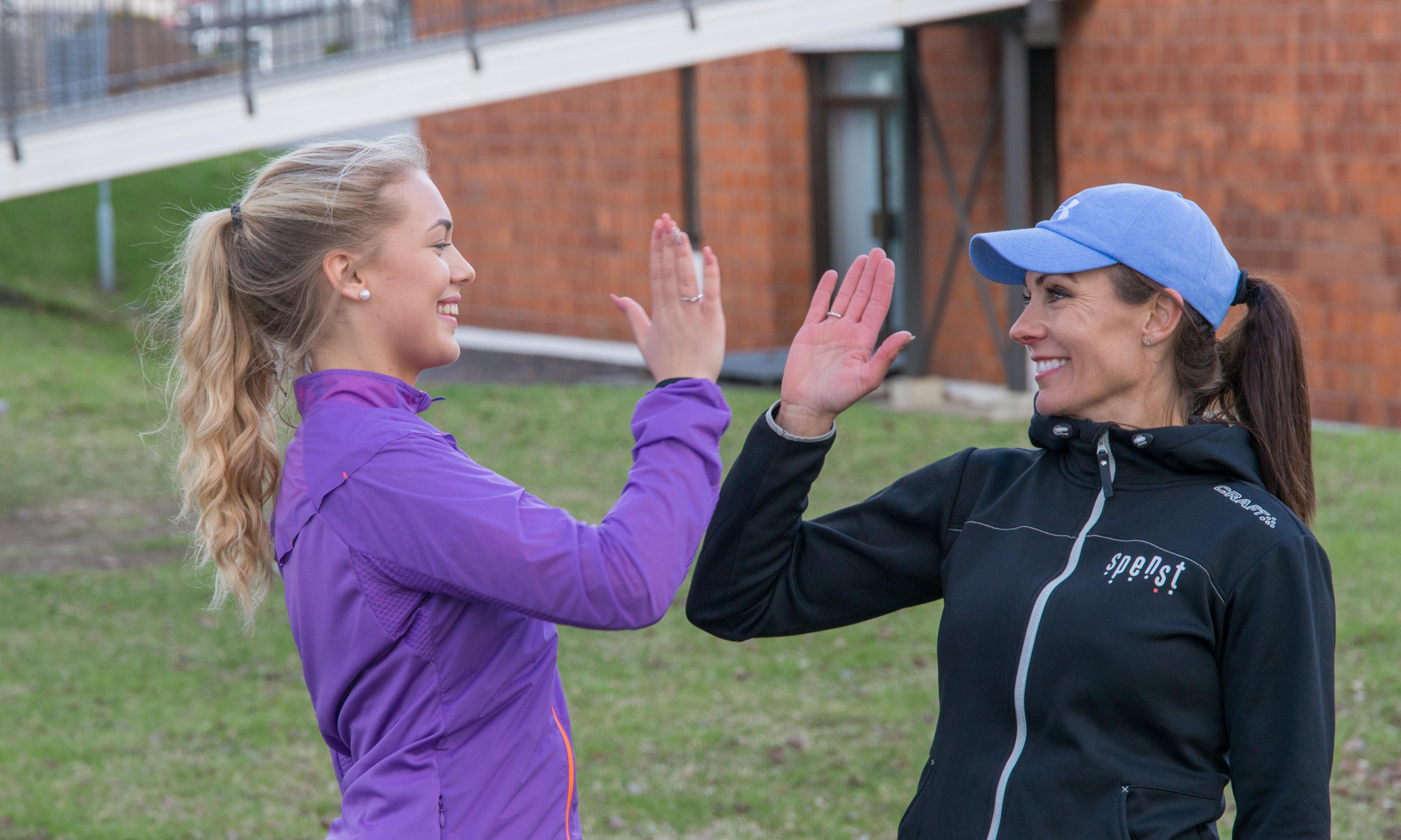 to jenter som trener sammen ute